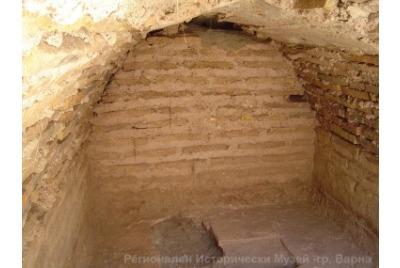 Гробницата <br /><tt>Източник: РИМ-Варна</tt>