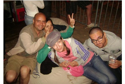 Авторът /вдясно/с приятели <br /><tt>Източник: www.why42.info</tt>