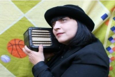 Едно малко радио <br /><tt>Източник: МТФ 2012</tt>