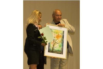 Милена Ангелова от Алианс Франсез получава наградата за Мишел Пиколи <br /><tt>Източник: Р. Вълчанова</tt>